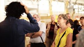 Eine Gruppe Touristen treten um einen Reiseführer zusammen stock video