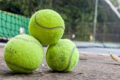 Eine Gruppe von drei grünen Tennisbällen an einem sonnigen Tag stockfoto