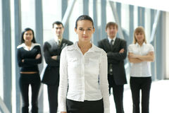 Eine Gruppe von fünf jungen Geschäftsleuten Stockbilder