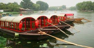 Eine Gruppe von fünf roten Booten Lizenzfreies Stockbild