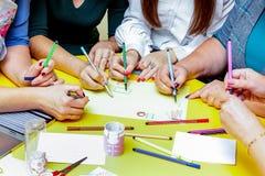Eine Gruppe von Personen arbeitet an einem Gemeinschaftsprojekt Ausführung von einer SK stockfotografie
