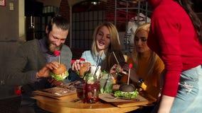 Eine Gruppe von Personen, die Schnellimbi? in einem modernen Restaurant isst Langsame Bewegung stock video footage