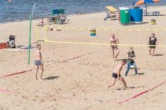 Eine Gruppe von Personen, Männer und Frauen, die Strandvolleyball spielen lizenzfreie stockfotografie