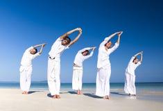 Eine Gruppe von Personen meditiert stockbilder