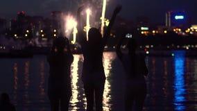Eine Gruppe von Personen sind während der Feuerwerke glücklich Langsame Bewegung HD stock footage