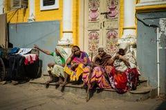 Eine Gruppe von vier Damen, die an einem faulen Nachmittag sprechen lizenzfreie stockbilder