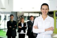 Eine Gruppe von vier jungen Geschäftsleuten lizenzfreies stockbild