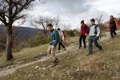 Eine Gruppe Wanderer erforschen Bergwege Stockbilder