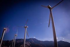 Eine Gruppe Windkraftanlagen Lizenzfreie Stockfotos