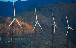 Eine Gruppe Windkraftanlagen, Windtausendstel im Nachtisch Lizenzfreies Stockfoto
