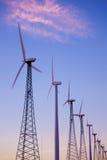 Eine Gruppe Windkraftanlagen, Windtausendstel im Nachtisch lizenzfreies stockbild