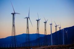Eine Gruppe Windturbinen/Tausendstel im Nachtisch lizenzfreie stockfotos