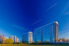Eine Gruppe Wohngebäude in einem Park Lizenzfreie Stockfotos
