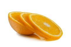 Eine Hälfte der Orange mit Segmenten auf einem weißen Hintergrund Lizenzfreie Stockfotografie
