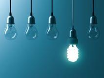 Eine hängende energiesparende Glühlampe, die unterschiedlich glüht, stehen heraus von den unlit Glühbirnen mit Reflexion auf dunk vektor abbildung