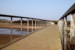 Eine hölzerne Brücke über dem Fluss. Lizenzfreies Stockbild