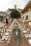 Eine hölzerne Hochzeitstafel in einem alten Dorf stockfotografie