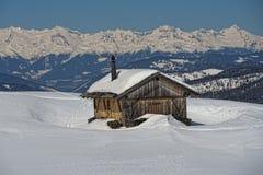 Eine hölzerne Kabinenhütte im Winterschneehintergrund Stockfotos