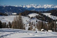 Eine hölzerne Kabinenhütte im Winterschneehintergrund Lizenzfreies Stockfoto