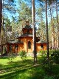 Eine hölzerne Kirche im Kiefernwald lizenzfreie stockfotos