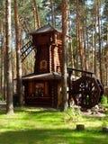Eine hölzerne Mühle im Kiefernwald lizenzfreie stockfotografie