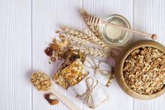 Eine hölzerne Schüssel Trockenfrüchte, Rosinen, Moosbeere mit Mandeln, Rosinen, Samen, Acajoubaum, Haselnussnüsse mischen auf wei Lizenzfreies Stockfoto