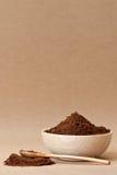 Eine hölzerne Schüssel voll gebratener Kaffee Stockfotos