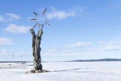 Eine hölzerne Skulptur Geburt von Sun auf dem Kai vom Onegasee am klaren Wintertag, Petrosawodsk, Russland Lizenzfreie Stockbilder
