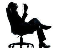 Eine hörende Entspannungmusik des Geschäftsmannes Lizenzfreie Stockfotos