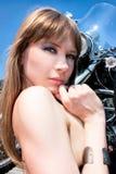 Eine hübsche Frauenaufstellung lizenzfreies stockfoto
