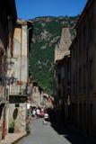 Eine hübsche Straße beschäftigt mit Touristen in der hübschen ummauerten Stadt von Villfranche de Conflent im Süden von Frankreic lizenzfreie stockbilder