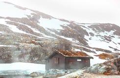 Eine Hütte in den Bergen von Breheimen Nasjonaalpark, Norwegen lizenzfreie stockbilder