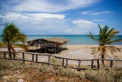 Eine Hütte durch den Strand Lizenzfreie Stockfotos