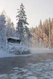 Eine Hütte neben einem Teich Lizenzfreie Stockfotos