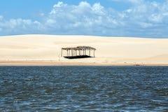 Eine Hütte verlor zwischen dem Himmel und dem Meer stockfoto
