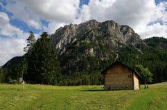 Eine Hütte vor einem Berg in den Dolomit Lizenzfreies Stockfoto