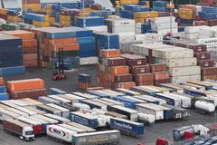 Eine Hafenwerbung mit vielen Behältern Lizenzfreies Stockfoto