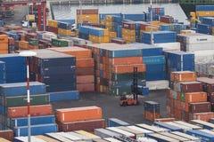 Eine Hafenwerbung mit vielen Behältern Stockbilder