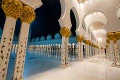 Eine Halle in Sheikh Zayed Grand Mosque in Abu Dhabi, Vereinigte Arabische Emirate Lizenzfreie Stockfotos