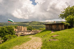Eine Halle und die bulgarische Flagge über Tor in Veliko Tarnovo ziehen sich zurück Lizenzfreie Stockfotos