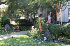 Eine Halloween-Szene vor einem Haus Lizenzfreie Stockfotografie