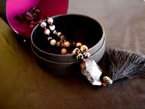 Eine Halskette in einer Geschenkbox Stockfotos