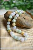 Eine Halskette von verschiedenen Jadeperlen Lizenzfreies Stockfoto