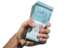Eine Hand des Manngriffs, den ein sperriges MYR 50 mit weißem Hintergrund lokalisierte Stockfoto