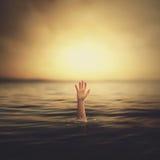 Eine Hand, die aus das Wasser herauskommt Lizenzfreie Stockfotos