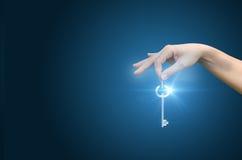 Eine Hand, die den Schlüssel des Erfolgs im Geschäft gibt Lizenzfreie Stockfotos