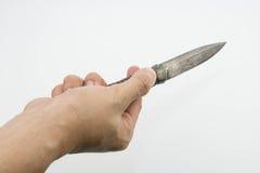 Eine Hand, die ein thailändisches Messer lokalisiert auf weißem Hintergrund hält Stockbild