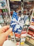 Eine Hand, die ein Visum 150-Dollar-Gutschein hält Stockfotografie