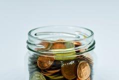 Eine Hand, die Glas Geld hält Stockfotografie