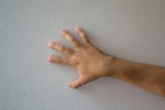 Eine Hand, die mit einem weißen Hintergrund zählt stockfotografie